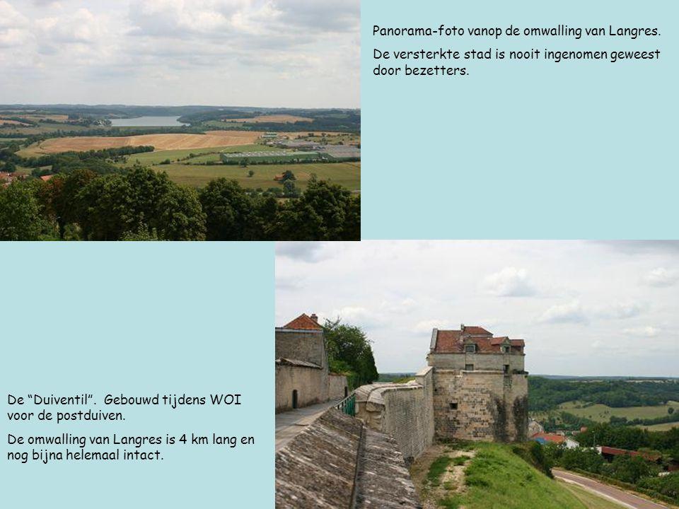 """Panorama-foto vanop de omwalling van Langres. De versterkte stad is nooit ingenomen geweest door bezetters. De """"Duiventil"""". Gebouwd tijdens WOI voor d"""