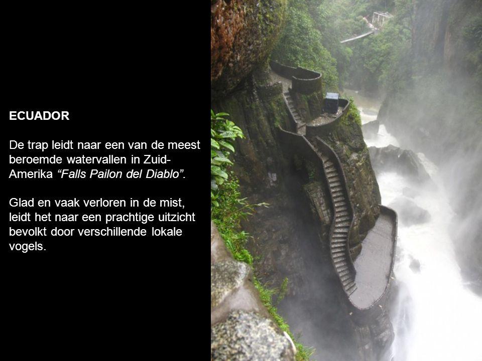 ECUADOR De trap leidt naar een van de meest beroemde watervallen in Zuid- Amerika Falls Pailon del Diablo .