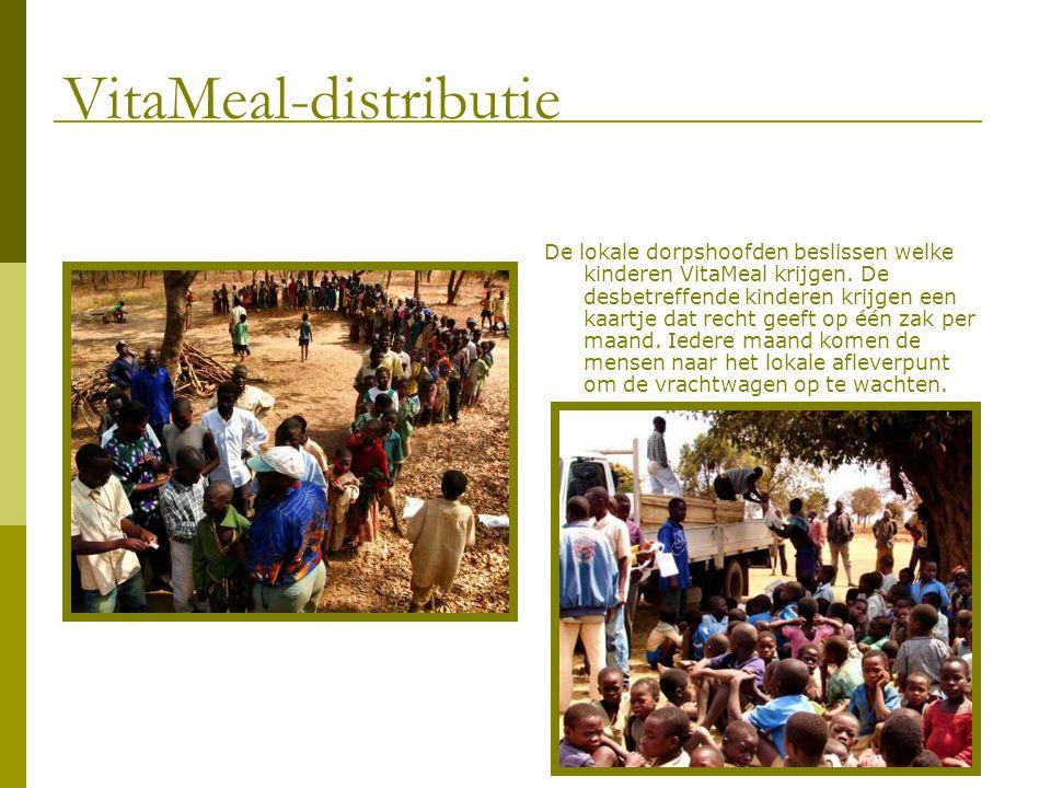De lokale dorpshoofden beslissen welke kinderen VitaMeal krijgen. De desbetreffende kinderen krijgen een kaartje dat recht geeft op één zak per maand.