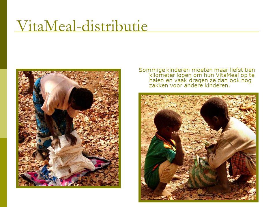 Sommige kinderen moeten maar liefst tien kilometer lopen om hun VitaMeal op te halen en vaak dragen ze dan ook nog zakken voor andere kinderen.