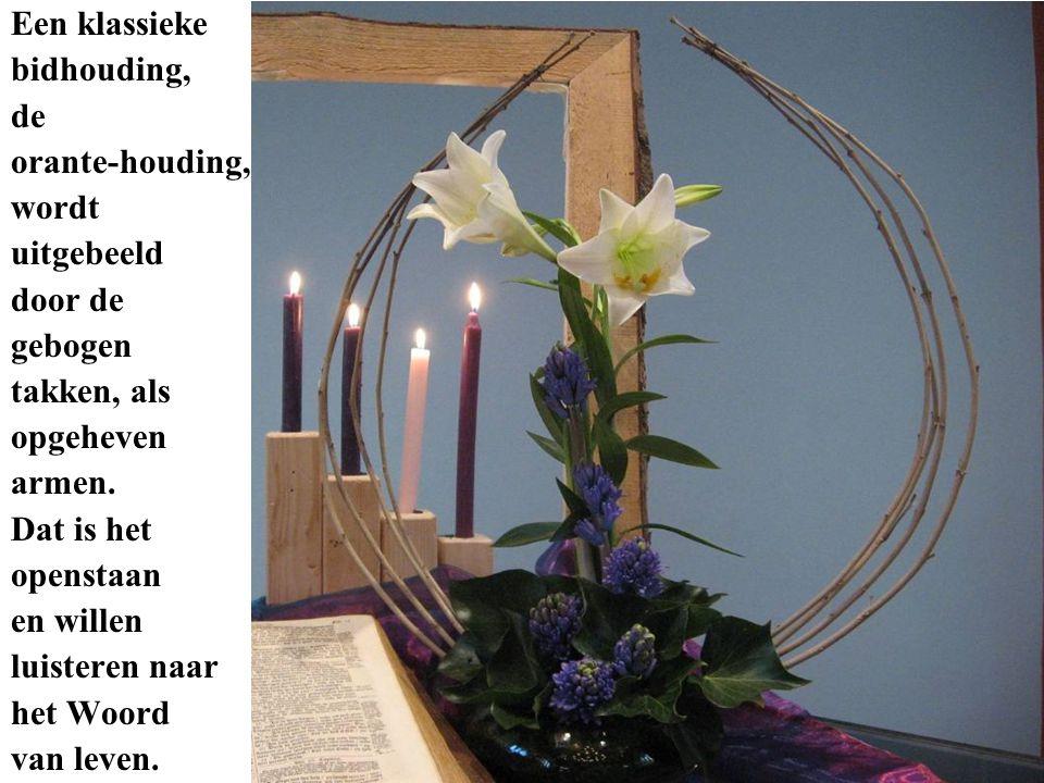 Een klassieke bidhouding, de orante-houding, wordt uitgebeeld door de gebogen takken, als opgeheven armen.