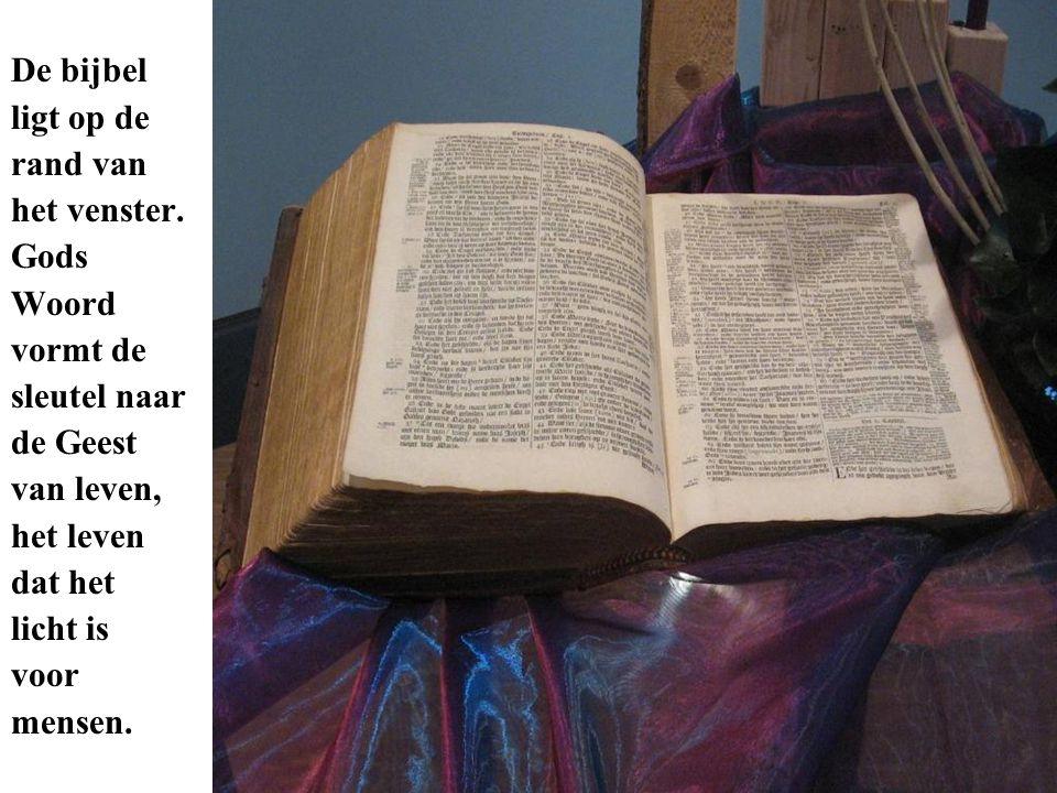 De bijbel ligt op de rand van het venster. Gods Woord vormt de sleutel naar de Geest van leven, het leven dat het licht is voor mensen.