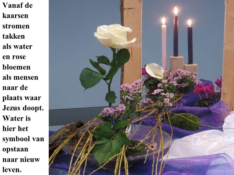 Vanaf de kaarsen stromen takken als water en rose bloemen als mensen naar de plaats waar Jezus doopt. Water is hier het symbool van opstaan naar nieuw