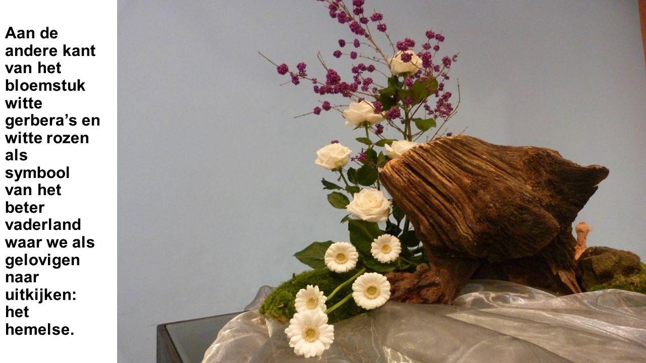 Aan de andere kant van het bloemstuk witte gerbera's en witte rozen als symbool van het beter vaderland waar we als gelovigen naar uitkijken: het hemelse.