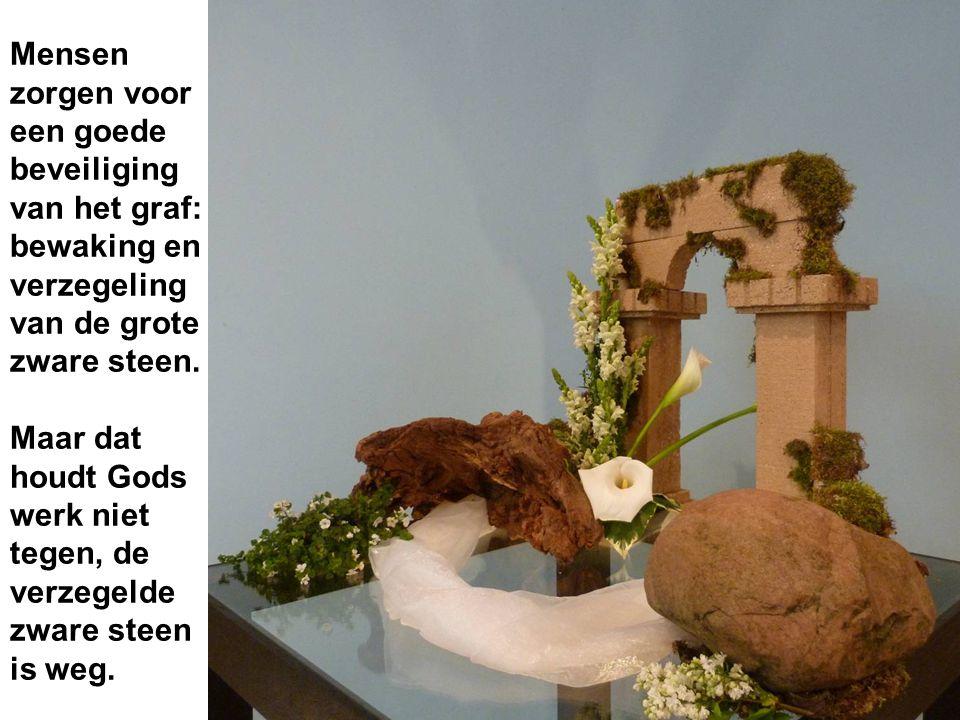Mensen zorgen voor een goede beveiliging van het graf: bewaking en verzegeling van de grote zware steen.