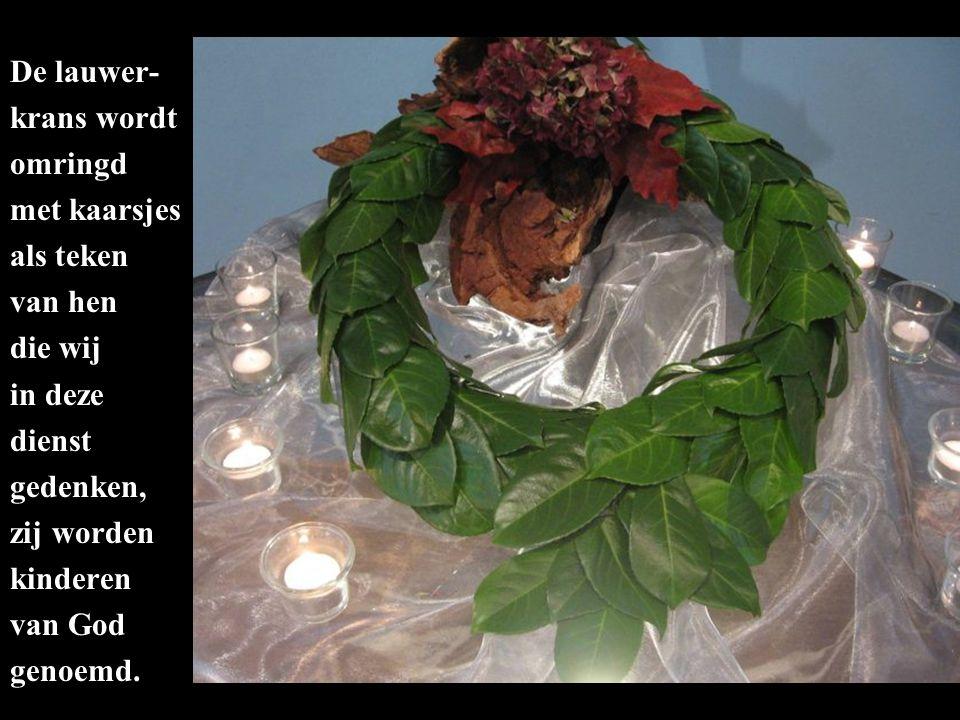 De lauwer- krans wordt omringd met kaarsjes als teken van hen die wij in deze dienst gedenken, zij worden kinderen van God genoemd.