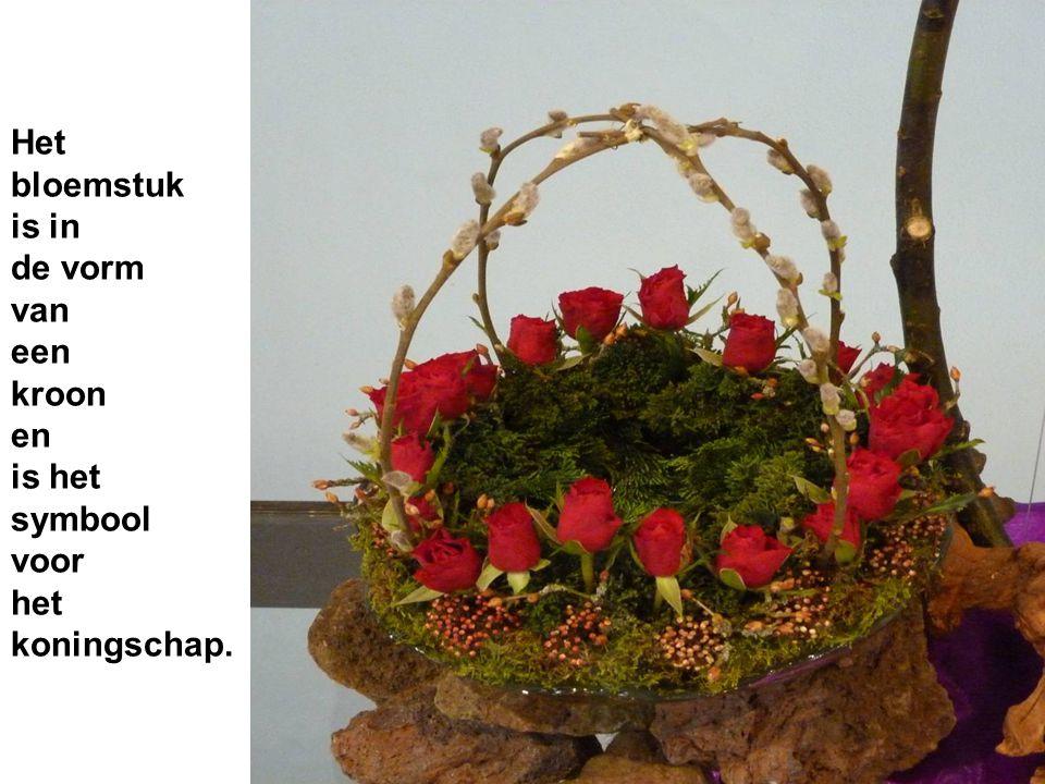 Het bloemstuk is in de vorm van een kroon en is het symbool voor het koningschap.