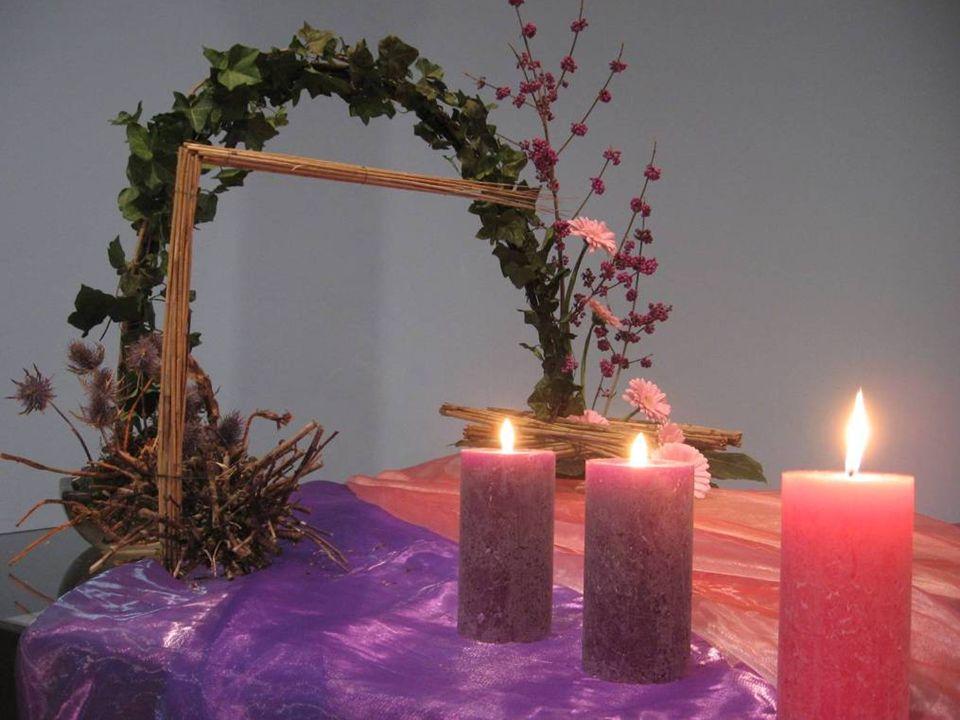 Op deze derde adventszondag mengt de kleur paars, van ootmoed en verwachten, zich met het wit van kerst, waar wij reikhalzend naar uitzien en wordt dan de kleur roze.