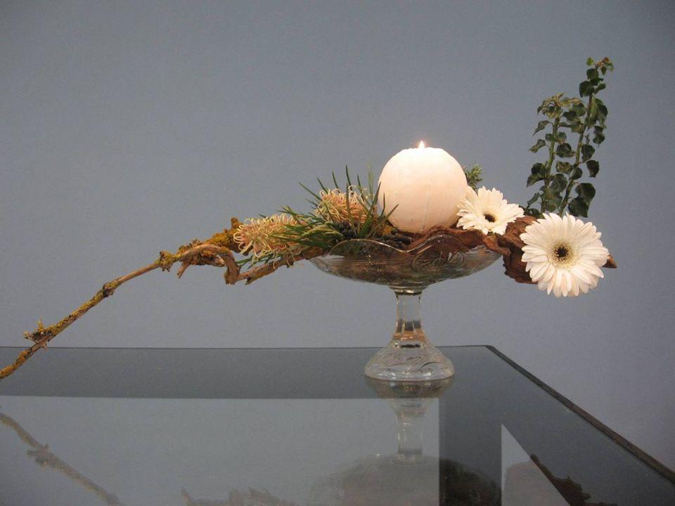 Aan de linker kant van het bloemwerk zien wij dood bemost hout en protea bloemen, het zijn onduidelijke, verscholen bloemen.