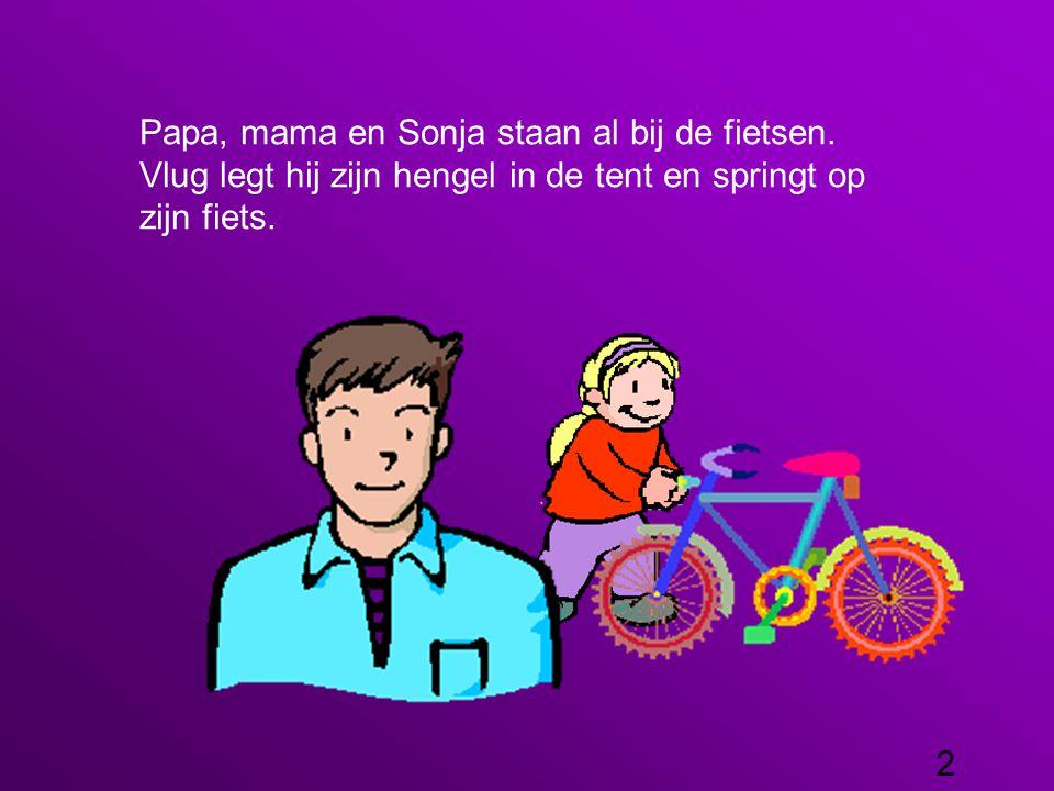 Papa, mama en Sonja staan al bij de fietsen.