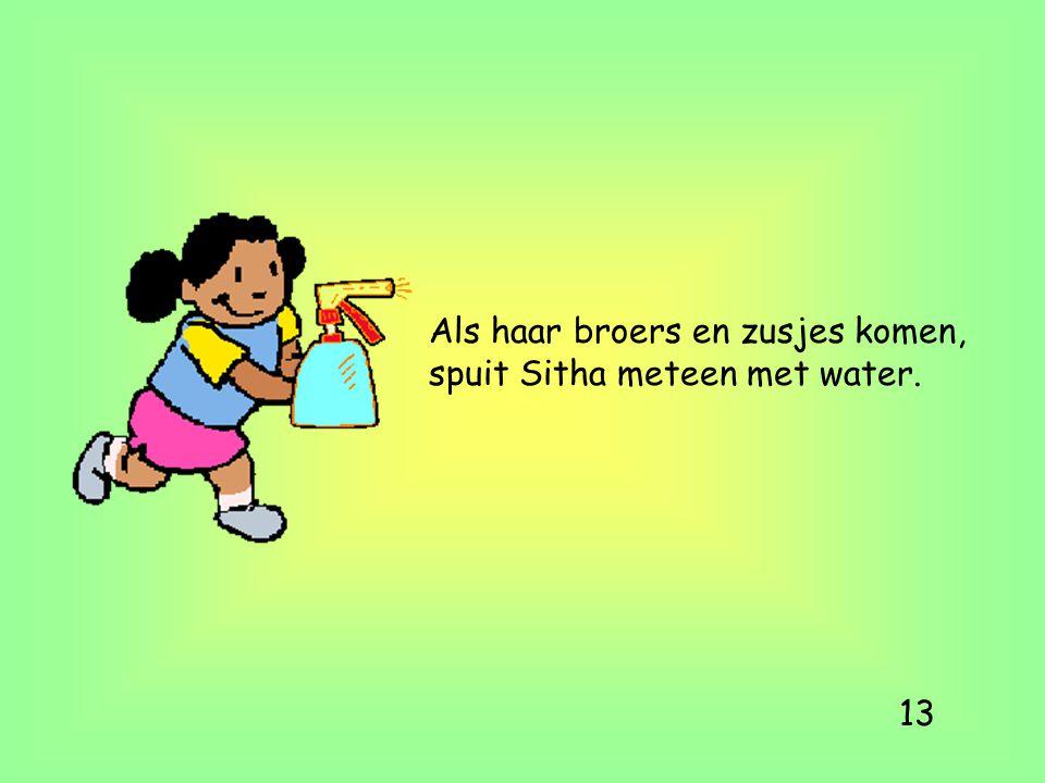Als haar broers en zusjes komen, spuit Sitha meteen met water. 13