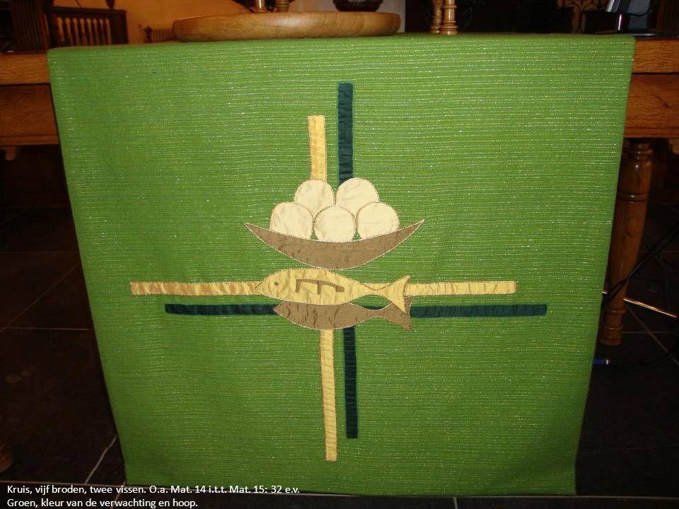 Kruis, vijf broden, twee vissen. O.a. Mat. 14 i.t.t. Mat. 15: 32 e.v. Groen, kleur van de verwachting en hoop.