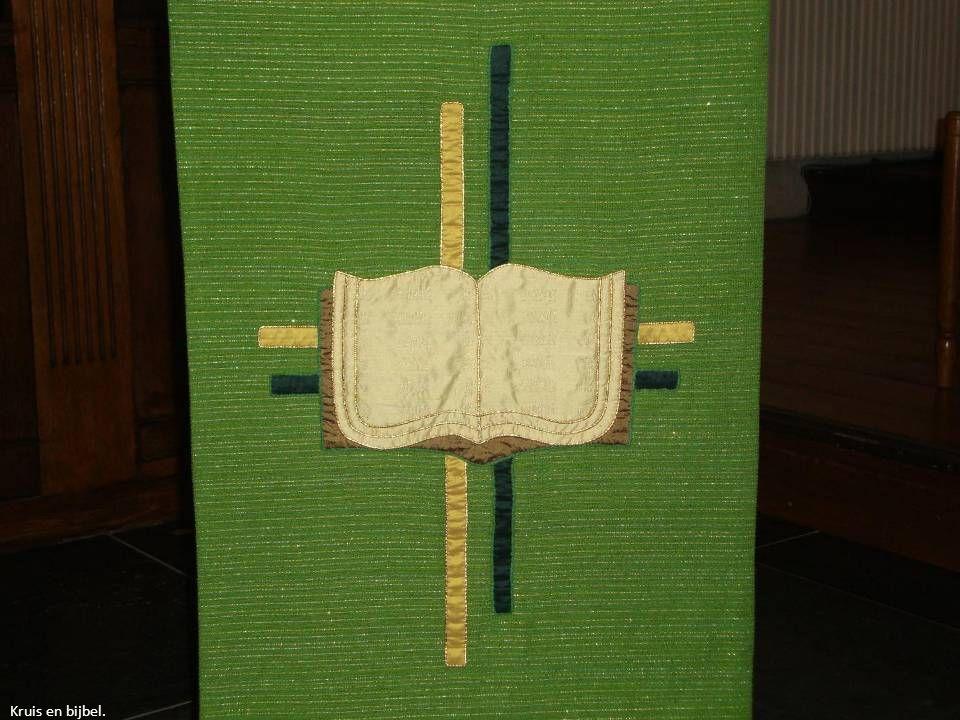 Kruis en bijbel.