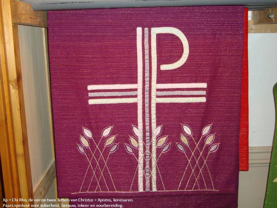 Xp = Chi Rho, de eerste twee letters van Christus = Xpistos, korenaren. Paars symbool voor soberheid, berouw, inkeer en voorbereiding.