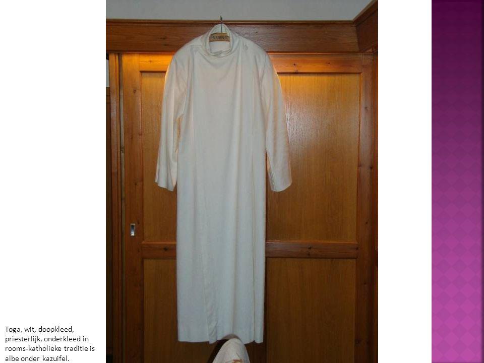 Toga, wit, doopkleed, priesterlijk, onderkleed in rooms-katholieke traditie is albe onder kazuifel.