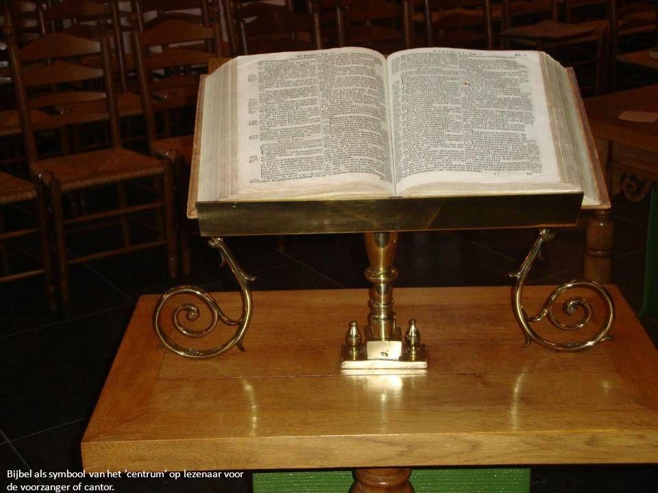 Bijbel als symbool van het 'centrum' op lezenaar voor de voorzanger of cantor.