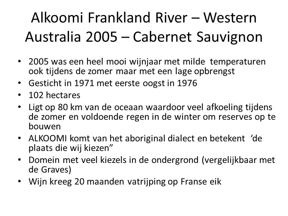 Alkoomi Frankland River – Western Australia 2005 – Cabernet Sauvignon 2005 was een heel mooi wijnjaar met milde temperaturen ook tijdens de zomer maar met een lage opbrengst Gesticht in 1971 met eerste oogst in 1976 102 hectares Ligt op 80 km van de oceaan waardoor veel afkoeling tijdens de zomer en voldoende regen in de winter om reserves op te bouwen ALKOOMI komt van het aboriginal dialect en betekent 'de plaats die wij kiezen Domein met veel kiezels in de ondergrond (vergelijkbaar met de Graves) Wijn kreeg 20 maanden vatrijping op Franse eik