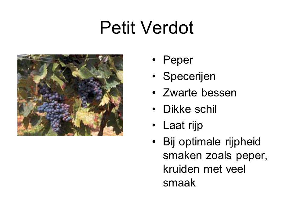 Petit Verdot Peper Specerijen Zwarte bessen Dikke schil Laat rijp Bij optimale rijpheid smaken zoals peper, kruiden met veel smaak