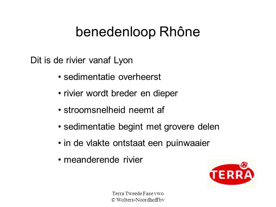 Terra Tweede Fase vwo © Wolters-Noordhoff bv de monding van de Rhône debiet van de rivier is niet zo groot stroomsnelheid wordt afgeremd door de zee afzetting zand → hoofdrivier raakt verstopt → ontstaan van zijrivieren: → delta tussen de rivieren moerassig gebied