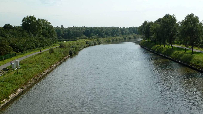 Het Schipdonkkanaal vlak voor de kruising met het kanaal Gent-Brugge. (Brugse Vaart)