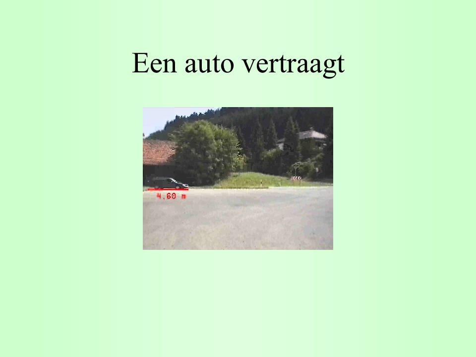 Een auto vertraagt