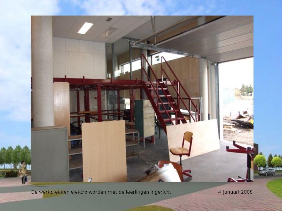 Dhr. Tilkema in de weer met het op de plek zetten van de inventaris 4 januari 2008