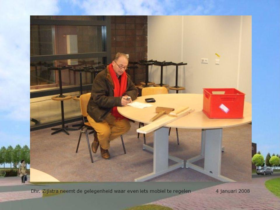 Dhr. Zijlstra neemt de gelegenheid waar even iets mobiel te regelen 4 januari 2008
