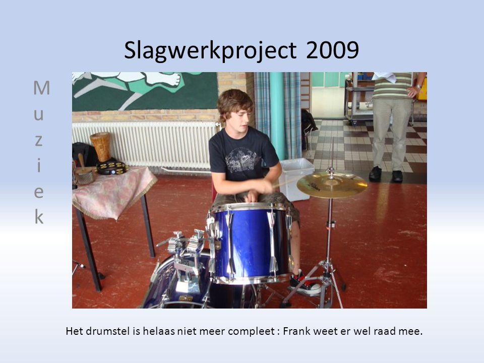 Slagwerkproject 2009 Het drumstel is helaas niet meer compleet : Frank weet er wel raad mee.