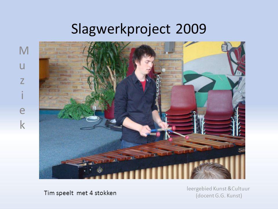 Slagwerkproject 2009 leergebied Kunst &Cultuur (docent G.G. Kunst) Tim speelt met 4 stokken MuziekMuziek
