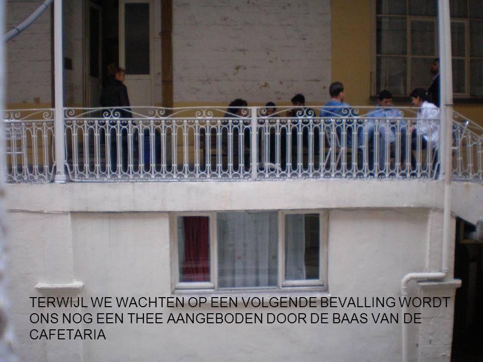 TERWIJL WE WACHTEN OP EEN VOLGENDE BEVALLING WORDT ONS NOG EEN THEE AANGEBODEN DOOR DE BAAS VAN DE CAFETARIA.