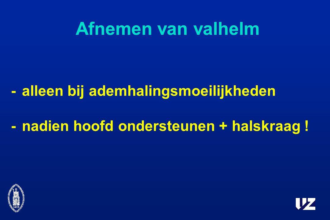 Afnemen van valhelm -alleen bij ademhalingsmoeilijkheden -nadien hoofd ondersteunen + halskraag !