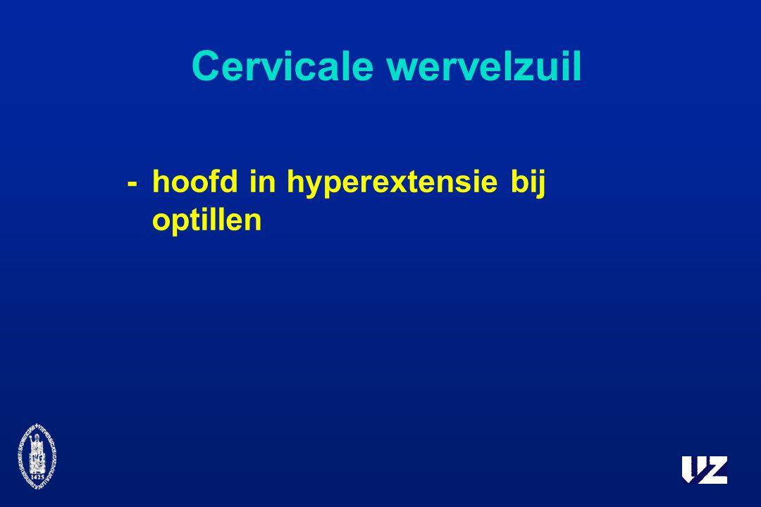Cervicale wervelzuil -hoofd in hyperextensie bij optillen