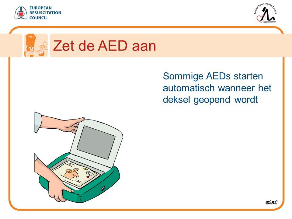 Zet de AED aan Sommige AEDs starten automatisch wanneer het deksel geopend wordt