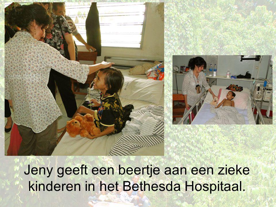 Jeny geeft een beertje aan een zieke kinderen in het Bethesda Hospitaal.