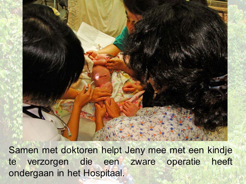 Samen met doktoren helpt Jeny mee met een kindje te verzorgen die een zware operatie heeft ondergaan in het Hospitaal.