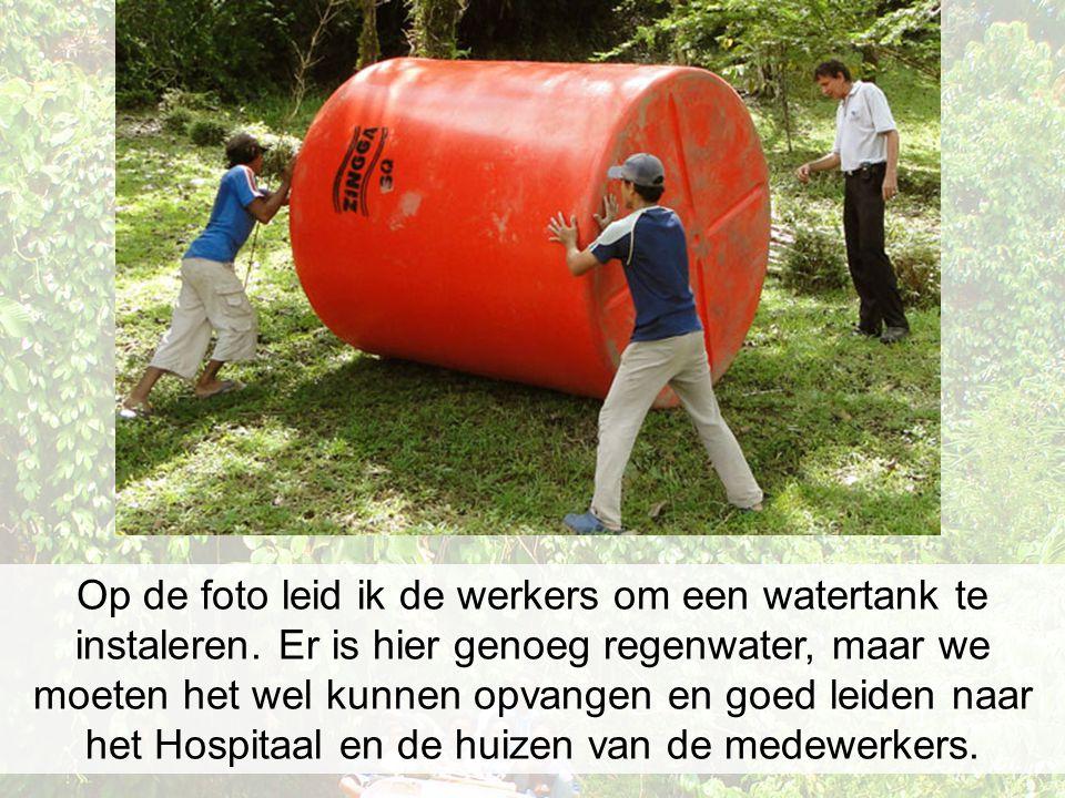 Op de foto leid ik de werkers om een watertank te instaleren. Er is hier genoeg regenwater, maar we moeten het wel kunnen opvangen en goed leiden naar