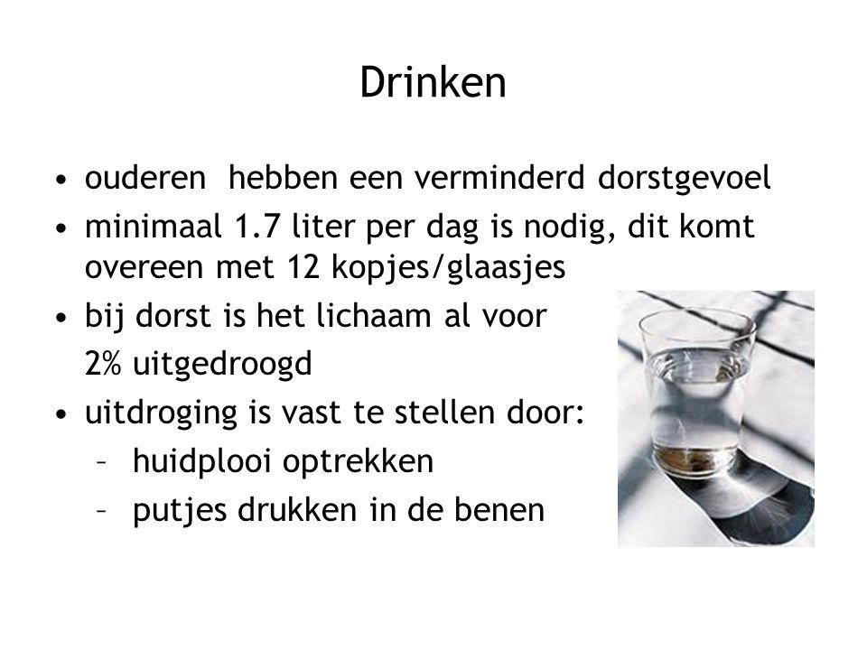 Drinken ouderen hebben een verminderd dorstgevoel minimaal 1.7 liter per dag is nodig, dit komt overeen met 12 kopjes/glaasjes bij dorst is het lichaa