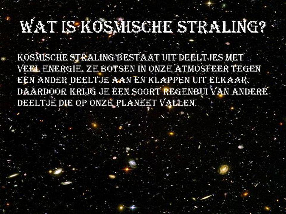 Wat is kosmische straling? Kosmische straling bestaat uit deeltjes met veel energie. Ze botsen in onze atmosfeer tegen een ander deeltje aan en klappe