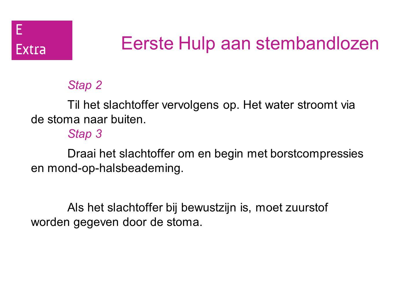 Eerste Hulp aan stembandlozen Stap 2 Til het slachtoffer vervolgens op. Het water stroomt via de stoma naar buiten. Stap 3 Draai het slachtoffer om en