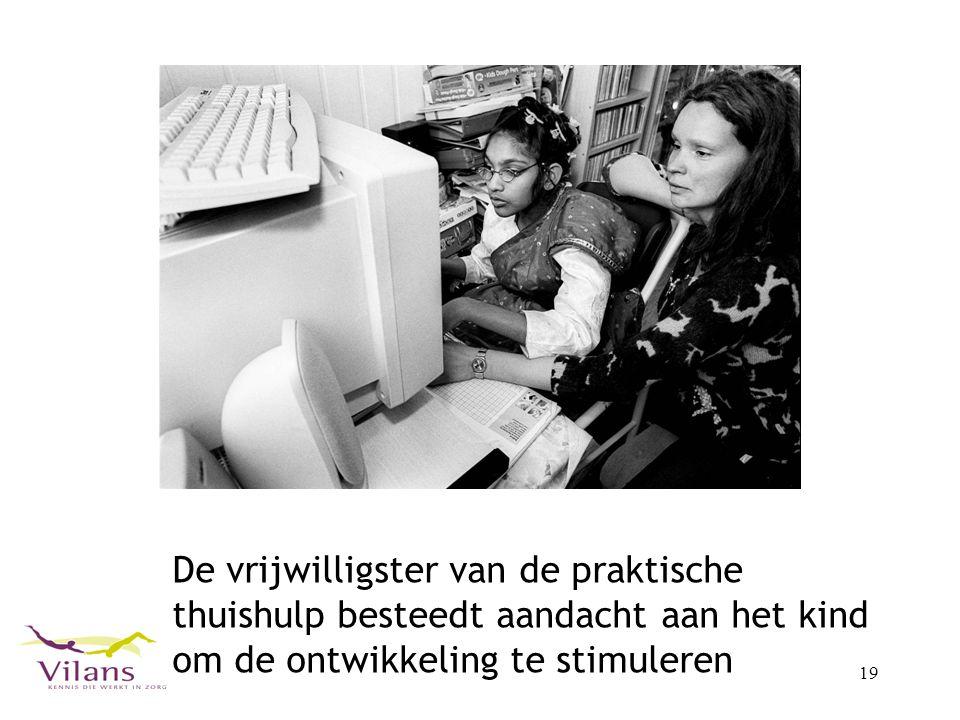 19 De vrijwilligster van de praktische thuishulp besteedt aandacht aan het kind om de ontwikkeling te stimuleren