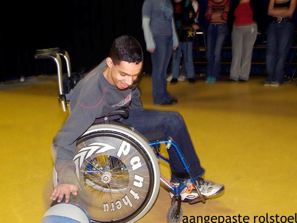 16 aangepaste rolstoel