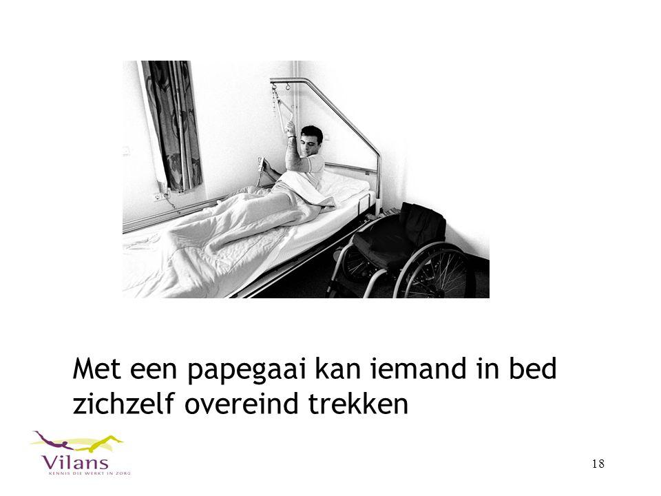 18 Met een papegaai kan iemand in bed zichzelf overeind trekken