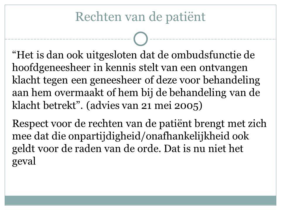Rechten van de patiënt Het is dan ook uitgesloten dat de ombudsfunctie de hoofdgeneesheer in kennis stelt van een ontvangen klacht tegen een geneesheer of deze voor behandeling aan hem overmaakt of hem bij de behandeling van de klacht betrekt .