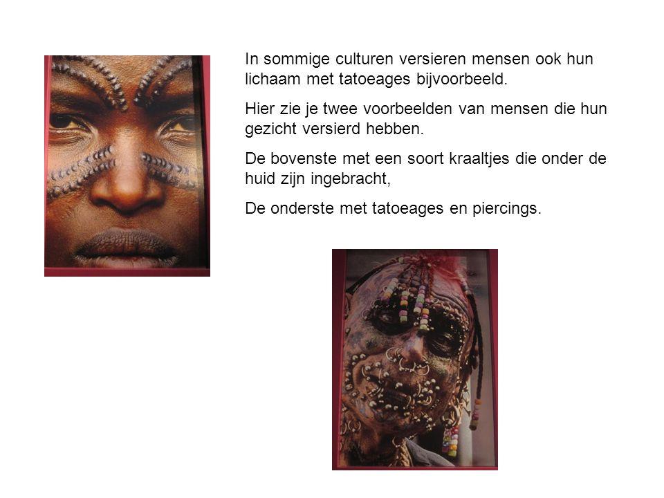 In sommige culturen versieren mensen ook hun lichaam met tatoeages bijvoorbeeld. Hier zie je twee voorbeelden van mensen die hun gezicht versierd hebb