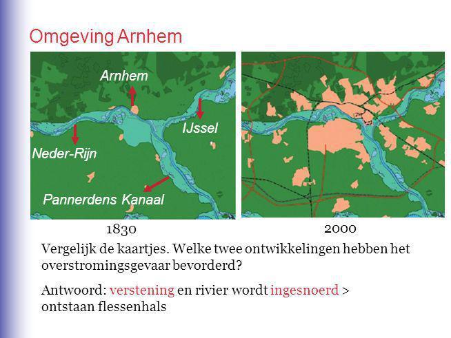 Vergelijk de kaartjes.Welke twee ontwikkelingen hebben het overstromingsgevaar bevorderd.