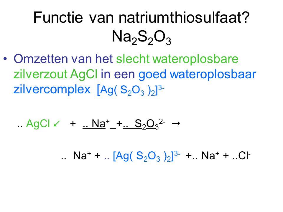 Functie van natriumthiosulfaat? Na 2 S 2 O 3 Omzetten van het slecht wateroplosbare zilverzout AgCl in een goed wateroplosbaar zilvercomplex [ Ag( S 2