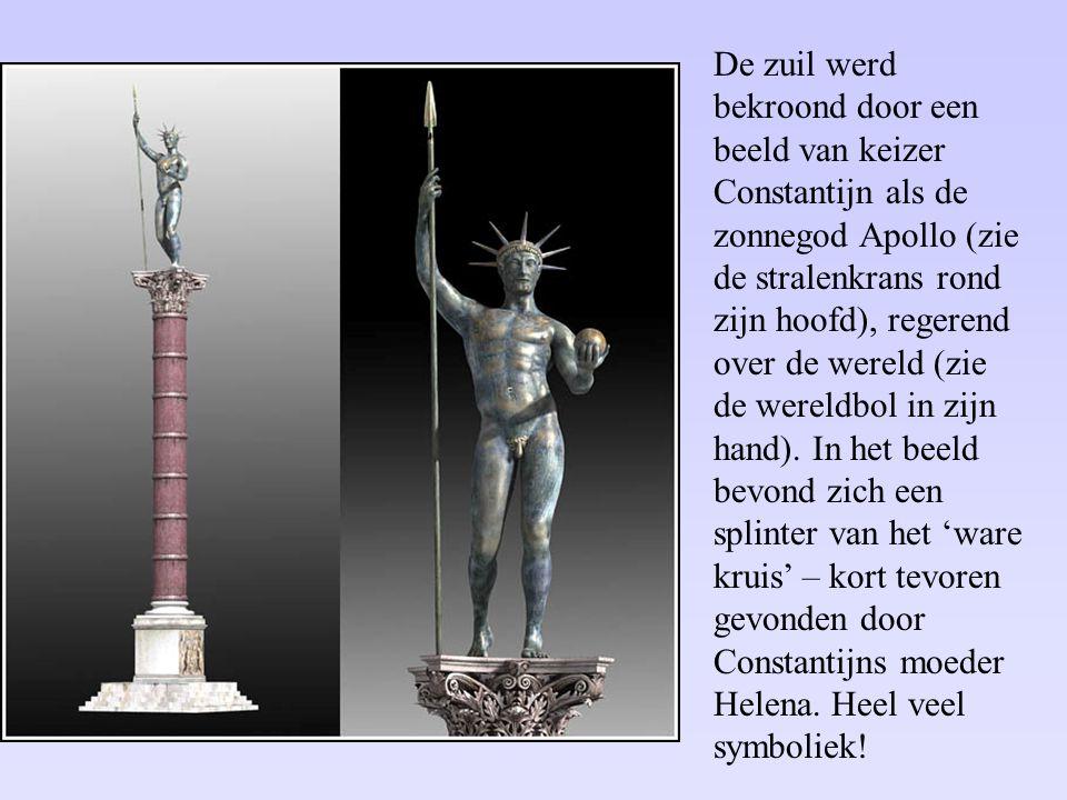 De zuil werd bekroond door een beeld van keizer Constantijn als de zonnegod Apollo (zie de stralenkrans rond zijn hoofd), regerend over de wereld (zie de wereldbol in zijn hand).
