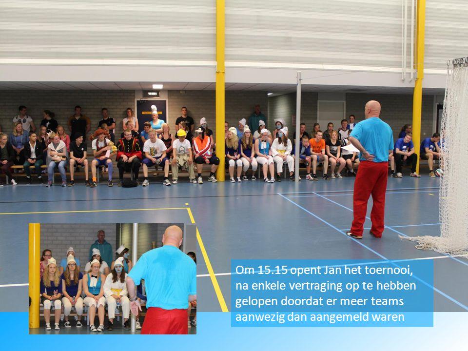 Om 15.15 opent Jan het toernooi, na enkele vertraging op te hebben gelopen doordat er meer teams aanwezig dan aangemeld waren