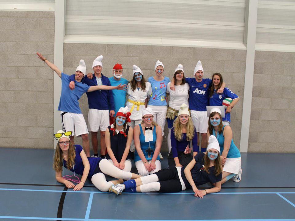 Een foto van alle teams die mee hebben gedaan van links naar rechts: Ten Boer (2 teams) Loppersum (Blauwe t-shirts) Stedum (verkleed) Ten Post Garrelsweer (2 teams)