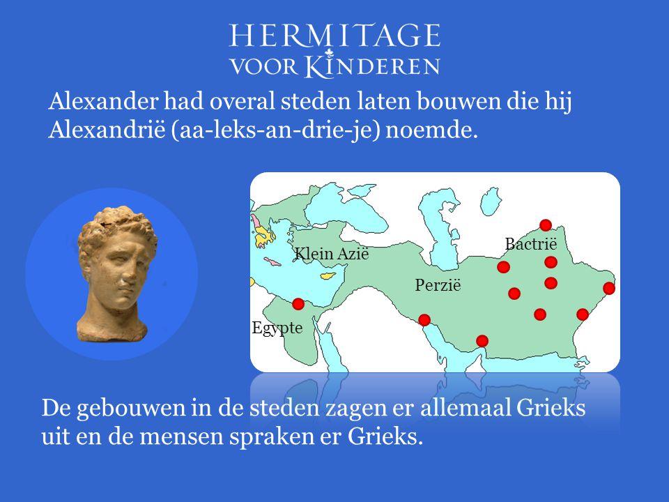 Alexander had overal steden laten bouwen die hij Alexandrië (aa-leks-an-drie-je) noemde. De gebouwen in de steden zagen er allemaal Grieks uit en de m
